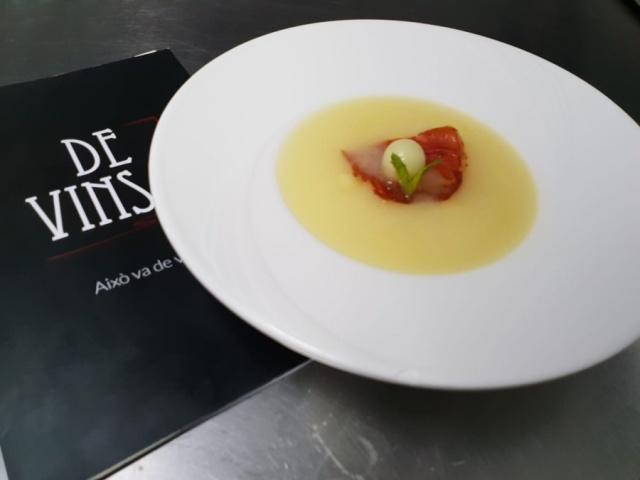 Sopita de melón con crujiente de jamón