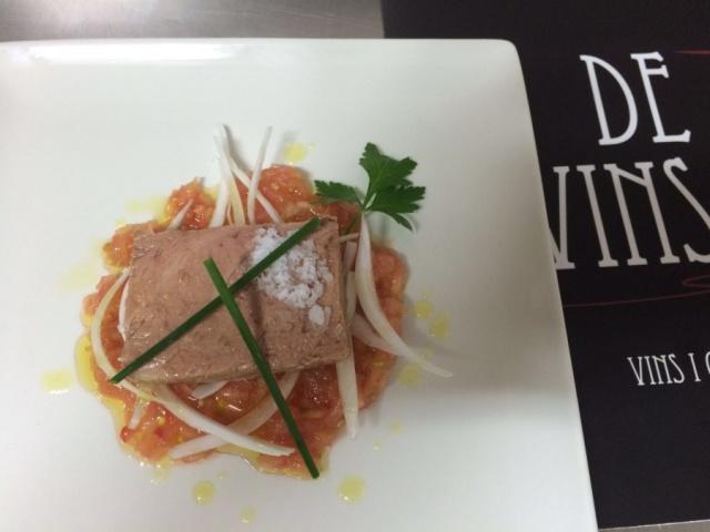 Ventresca de atún con aliño de tomate y cebolla fresca